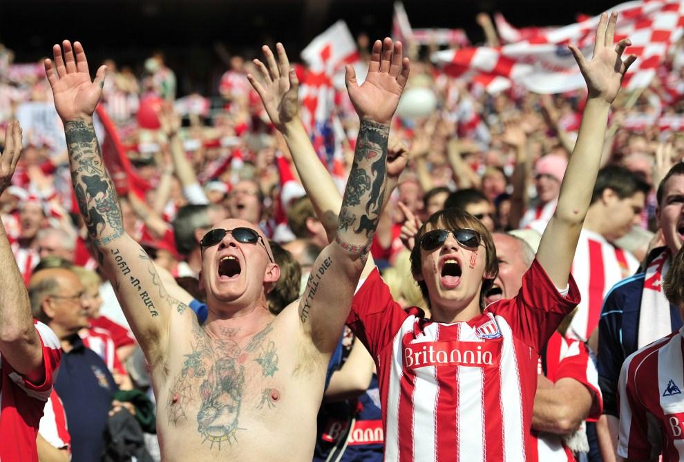 26. WIELKA BRYTANIA, Londyn, 17 kwietnia 2011: Kibice Stoke City przed meczem Bolton Wanderers. AFP PHOTO/GLYN KIRK