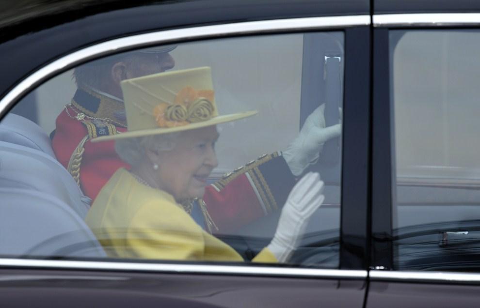 27. WIELKA BRYTANIA, Londyn, 29 kwietnia 2011: Królowa Elżbieta II w drodze do Opactwa Westminsterskiego. AFP PHOTO / ODD ANDERSEN