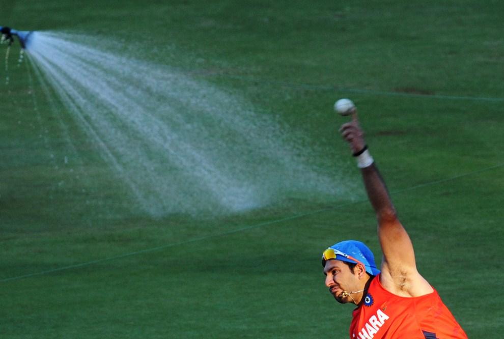 27. INDIE, Bangalore, 4 marca 2011: Yuvraj Singh podczas treningu na M. Chinnaswamy Stadium. AFP PHOTO / Dibyangshu SARKAR