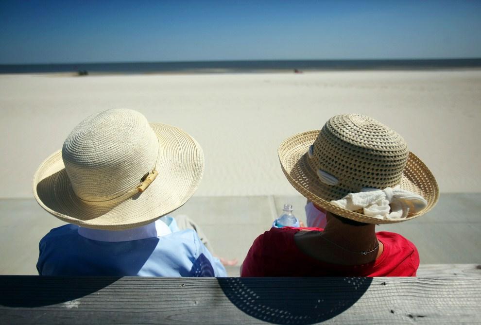 27. USA, Pass Christian, 16 kwietnia 2011: Turystki odpoczywające na ławce przy plaży. Mario Tama/Getty Images/AFP