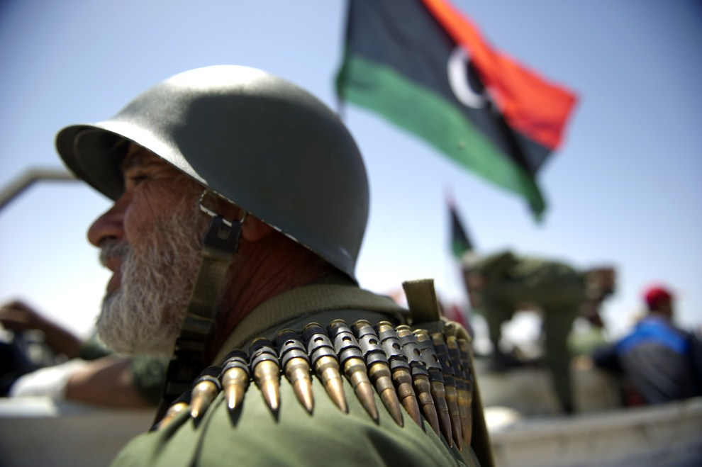 27. LIBIA, Adżdabija, 14 kwietnia 2011: Libijski rebeliant na przedmieściach Adżdabiji.  AFP PHOTO / ODD ANDERSEN