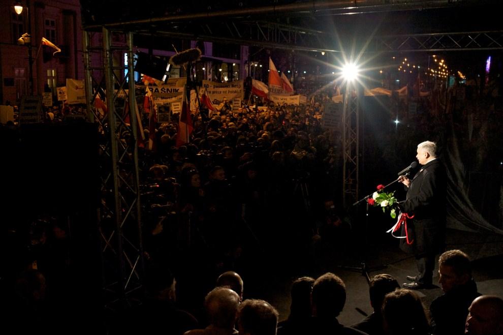 27. POLSKA, Warszawa, 10 kwietnia 2011: Jarosław Kaczyński przemawia do zgromadzonych przed Pałacem Prezydenckim. AFP PHOTO / Marcin Lobaczewski