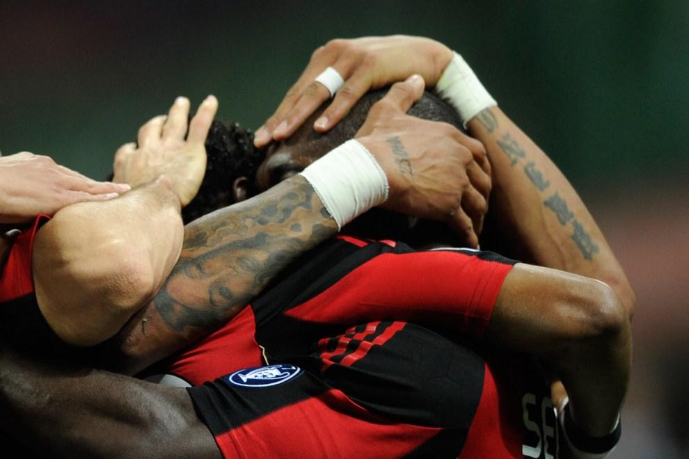 27. WŁOCHY, Mediolan, 16 kwietnia 2011: Clarence Seedorf razem z kolegami cieszy sie ze zdobytego gola. AFP PHOTO / OLIVIER MORIN