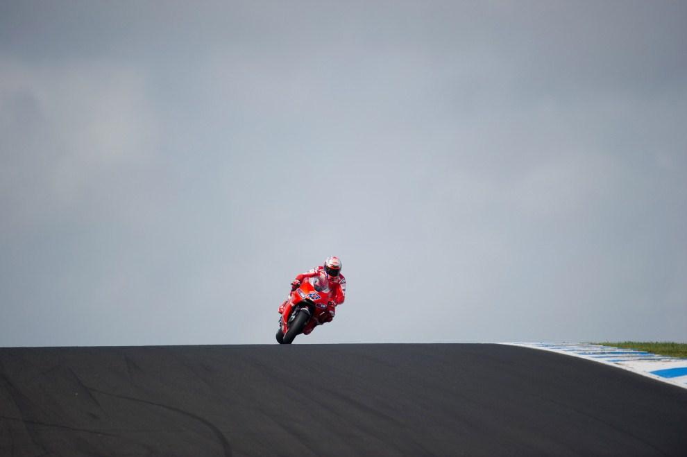 27. AUSTRALIA, Phillip Island, 17 października 2010: Casey Stoner (Ducati Marlboro Team) wjeżdża na prostą toru  podczas GP Australii. (Foto: Mirco Lazzari gp/Getty Images)