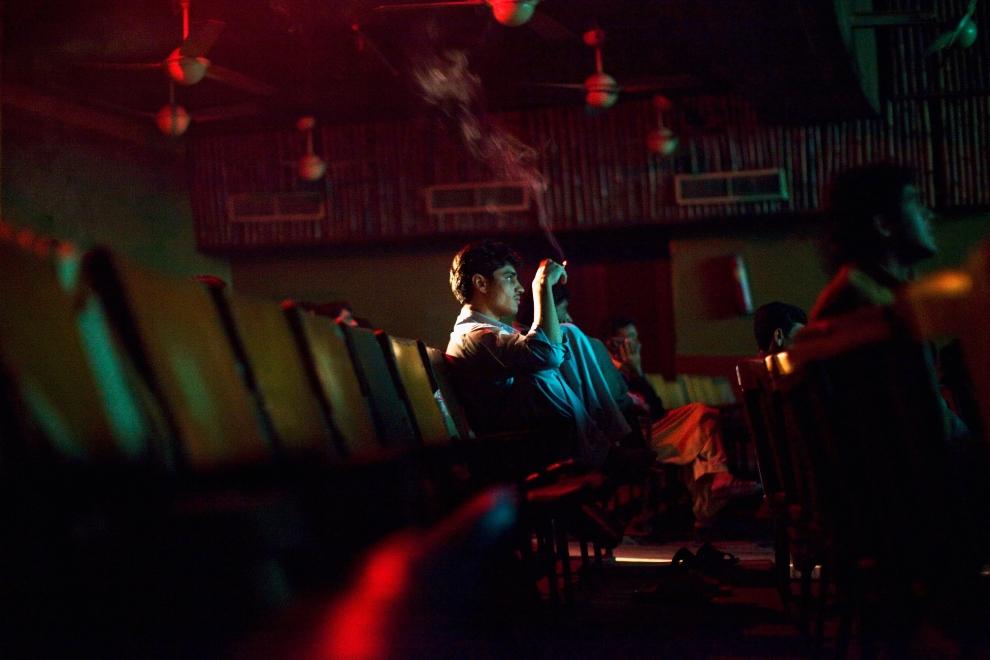 """27. PAKISTAN, Peszawar, 17 listopada 2009: Mężczyzna oglądający film """"Zakham"""". (Foto: Daniel Berehulak/Getty Images)"""