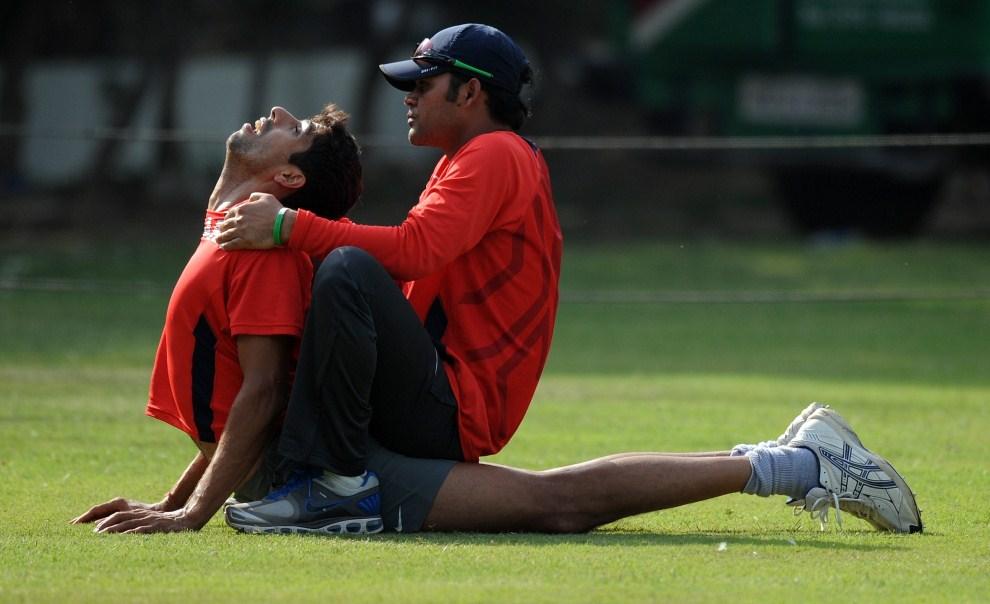 28. INDIE, Mohali, 28 marca 2011: Ashish Nehra rozciąga się podczas treningu. AFP PHOTO/Indranil MUKHERJEE