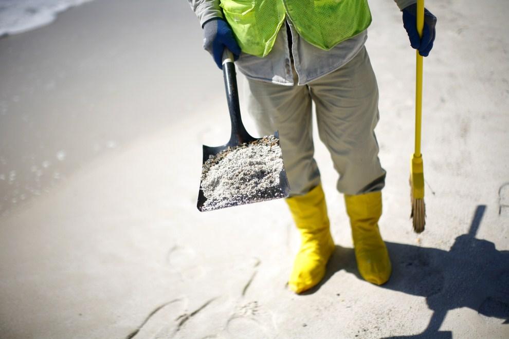 28. USA, Pensacola Beach, 10 marca 2011: Mężczyzna przeszukujący piasek na plaży w Pensacola Beach. Eric Thayer/Getty Images/AFP