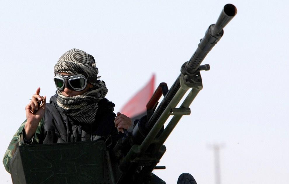 28. LIBIA, Adżdabija, 13 kwietnia 2011: Rebeliant na stanowisku ogniowym. AFP PHOTO/MARWAN NAAMANI