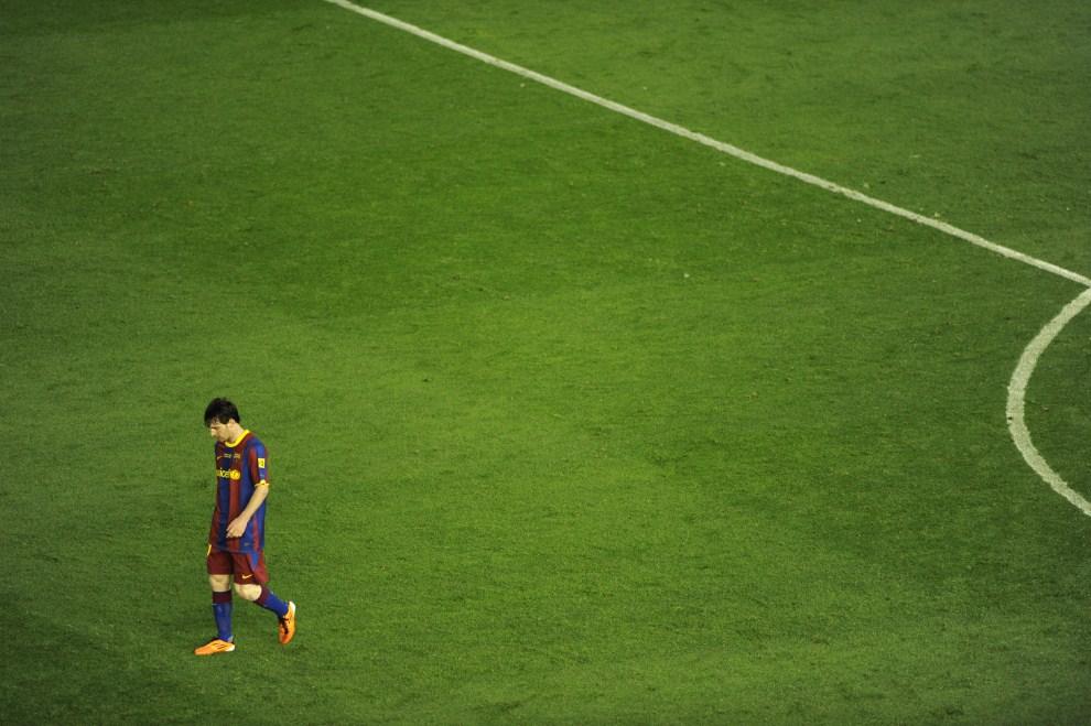 29. HISZPANIA, Walencja, 20 kwietnia 2011: Lionel Messi schodzi z boiska po przegranym meczu o Puchar Króla. AFP PHOTO/ PEDRO ARMESTRE