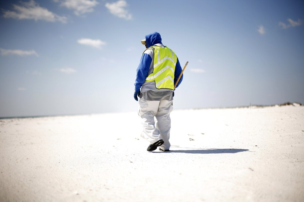 29. USA, Pensacola Beach, 9 marca 2011: Pracownik służb porządkowych na plaży w Pensacola Beach. Eric Thayer/Getty Images/AFP