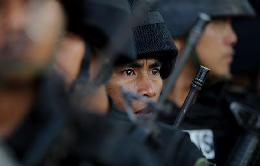 """29. FILIPINY, Manila, 13 kwietnia 2011: Świeżo """"upieczeni"""" funkcjonariusze oddziału SWAT podczas ceremonii kończącej szkolenie. AFP PHOTO / JAY DIRECTO"""