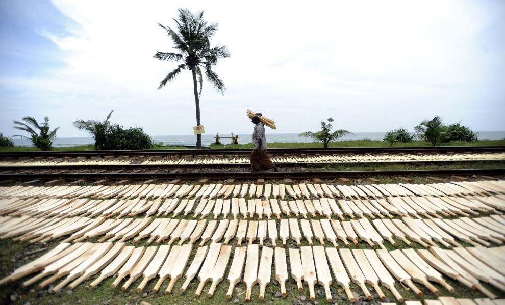 2. SRI LANKA, Colombo, 22 lutego 2011: Rzemieślnik wytwarzający kije do krykieta przed fabryką. AFP PHOTO/Ishara S. KODIKARA