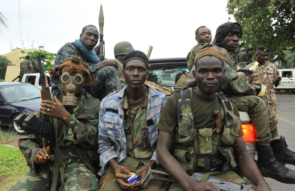 2. WYBRZEŻE KOŚCI SŁONIOWEJ,  Abidżan, 5 kwietnia 2011: Zwolennicy Alassane Ouattara należący do FRCI (Republican Force of Ivory Coast). AFP PHOTO/ STR