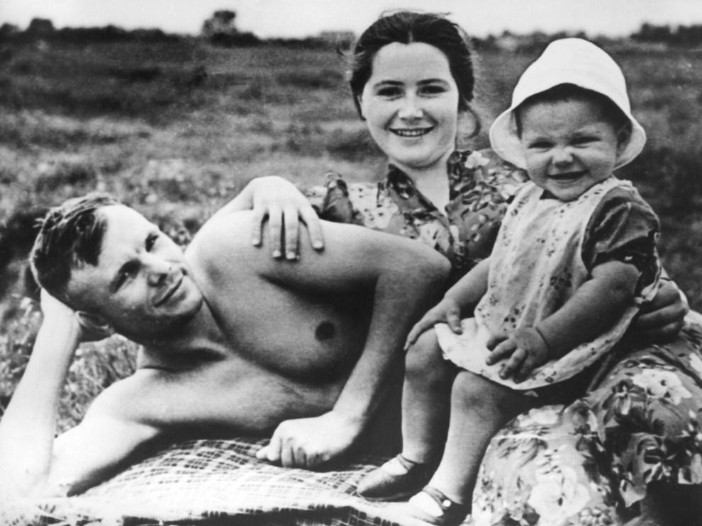 2. ZSRR, Glasma, czerwiec 1960: Jurij Gagarin z żoną i córką na plaży. AFP