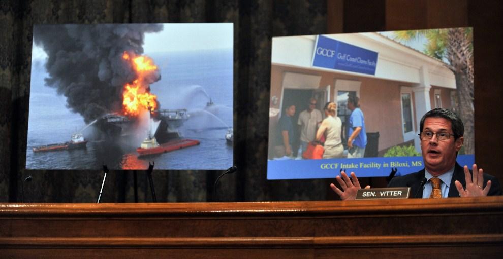 2. USA, Waszyngton, 27 stycznia 2011: Senator David Vitter podczas posiedzenia komisji powołanej w sprawie katastrofy ekologicznej. DC. AFP PHOTO / Tim Sloan