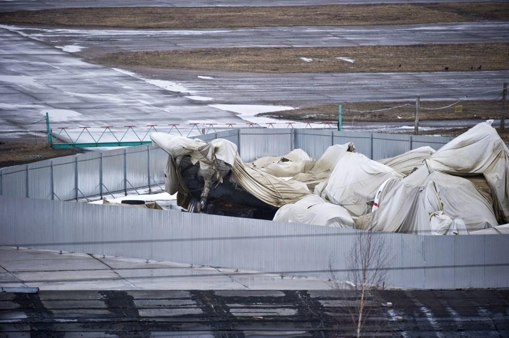 2. ROSJA, Smoleńsk, 10 kwietnia 2011: Przykryty brezentem wrak rządowego samolotu Tu-154M na płycie lotniska Siewiernyj w Smoleńsku. PAP/Wojciech Pacewicz