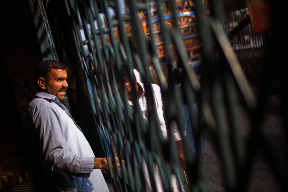 2. PAKISTAN, Peszawar, 17 listopada 2009: Pracownik kina Shabistan rozgląda się za widzami. (Foto: Daniel Berehulak/Getty Images)