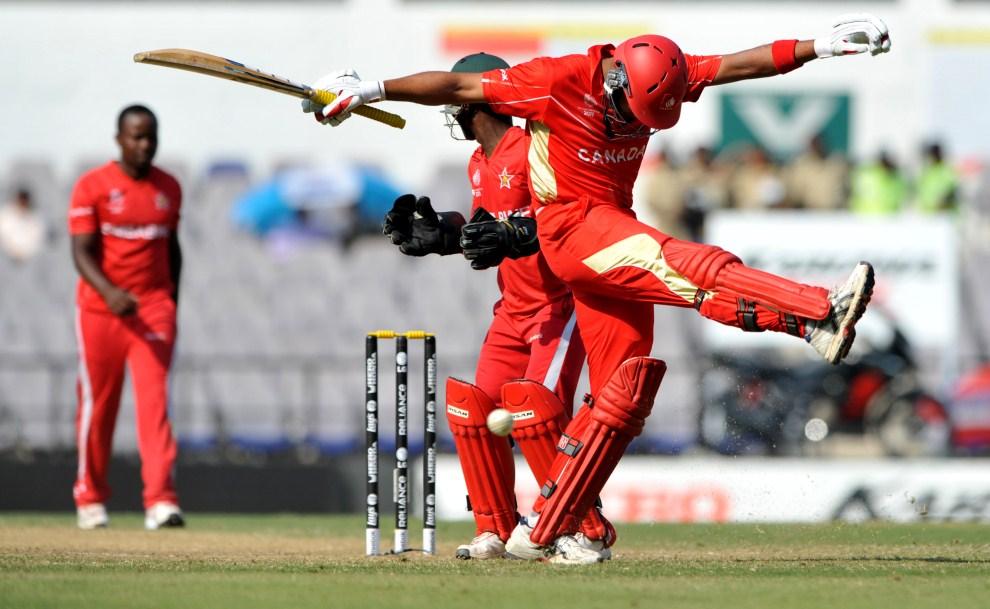 30. INDIE, Nagpur, 28 lutego 2011: Kanadyjski zawodnik niezadowolony ze swojego zagrania. AFP PHOTO/Sajjad HUSSAIN
