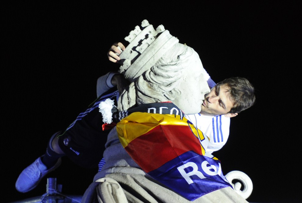 30. HISZPANIA, Madryt, 20 kwietnia 2011: Bramkarz Realu Madryt, Iker Casillas całuje posąg Kybele na Plaza de Cibeles w Madrycie. AFP PHOTO/ DOMINIQUE FAGET
