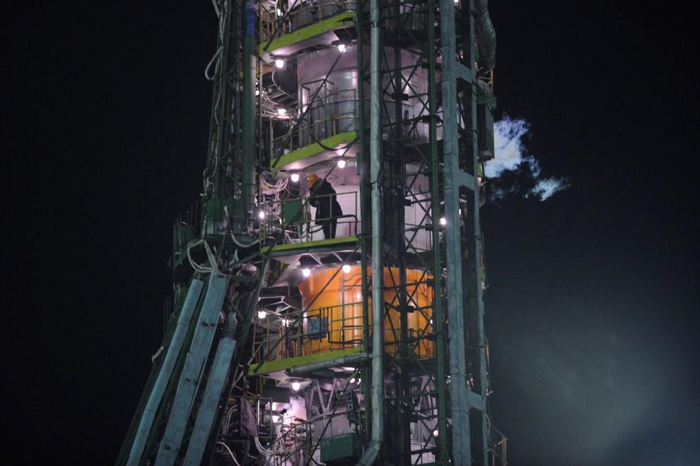 30. KAZACHSTAN, Bajkonur, 5 kwietnia 2011: Inżynier sprawdza component rakiety Sojuz przed startem na MSK. AFP PHOTO/ ALEXANDER NEMENOV