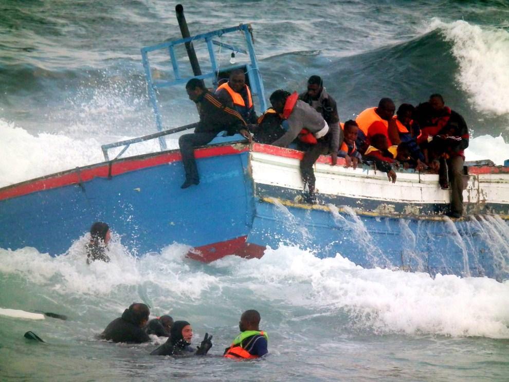 31. WŁOCHY, Pantelleria, 13 kwietnia 2011: Akcja ratunkowa na morzu, gdzie rozbiła się łódź z 250 imigrantami z Afryki na pokładzie. AFP PHOTO/ Francesco Malavolta