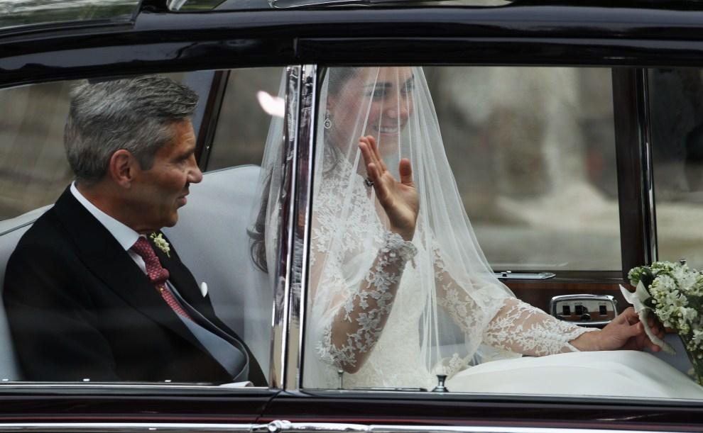 31. WIELKA BRYTANIA, Londyn, 29 kwietnia 2011: Kate Middleton z ojcem w drodze do Opactwa Westminsterskiego. (Foto:  Dan Kitwood/Getty Images)