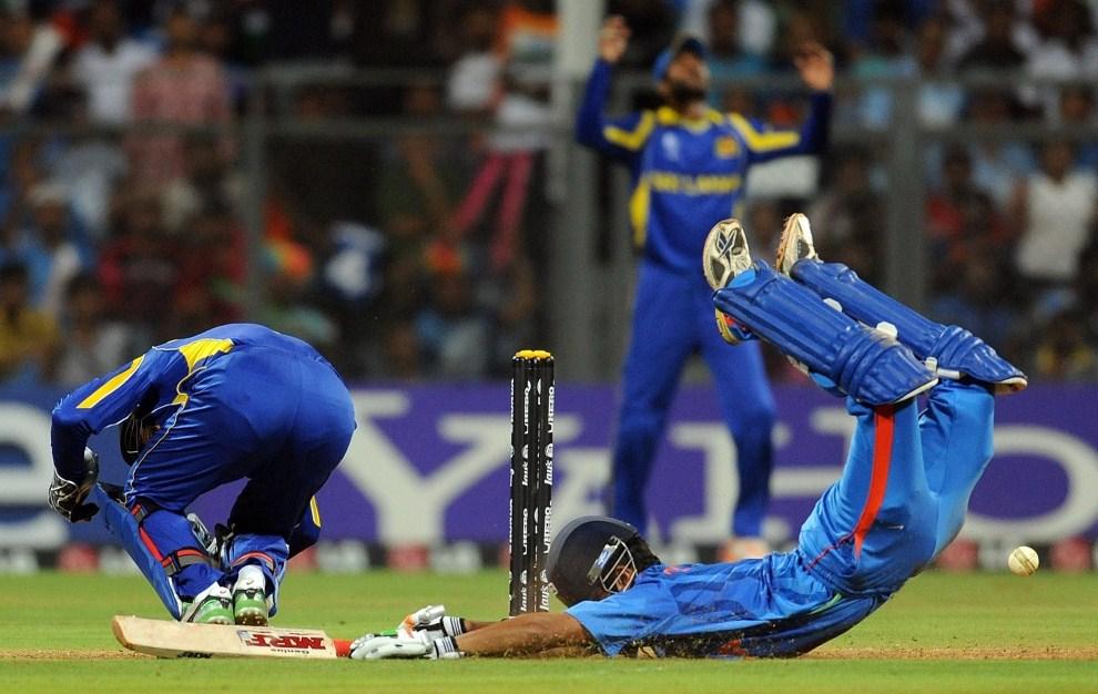 32. INDIE, Bombaj, 2 kwietnia 2011: Zawodnicy podczas meczu finałowego mistrzostw. AFP PHOTO/MANAN VATSYAYANA