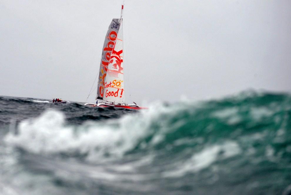 32. NA MORZU, 31 marca 2011: Thomas Coville, kapitan Sodeb'O, płynie do La Trinite-sur-Mer, podczas swojego samotnego rejsu dookoła Świata. AFP PHOTO / FRED TANNEAU