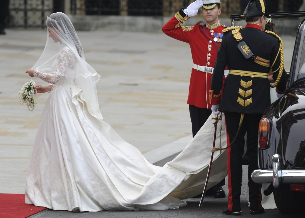 33. WIELKA BRYTANIA, Londyn, 29 kwietnia 2011: Kate Middleton wysiada z limuzyny przed ktedrą. AFP PHOTO / ODD ANDERSEN