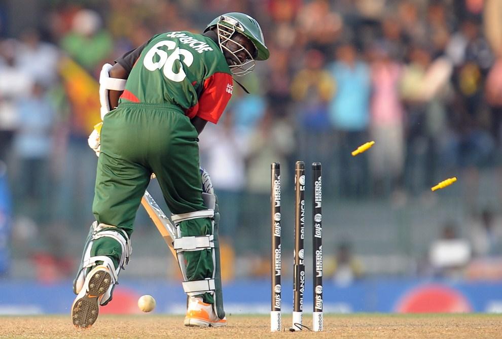 34. SRI LANKA, Colombo, 1 marca 2011: Kenijski zawodnik – Shem Ngoche – po nieudanym zagraniu. AFP PHOTO / Lakruwan WANNIARACHCHI