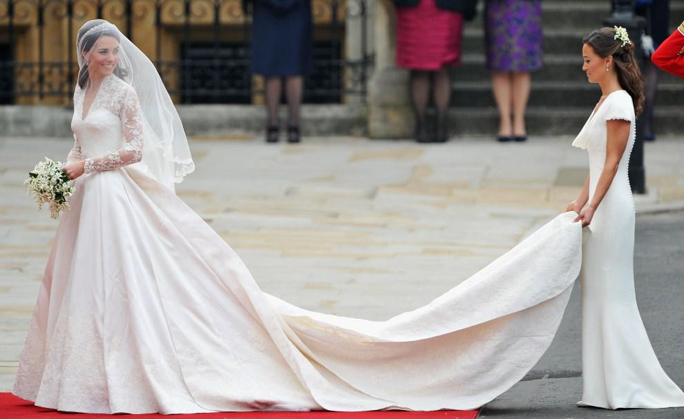 34. WIELKA BRYTANIA, Londyn, 29 kwietnia 2011: Kate Middleton oraz jej siostra - Pippa Middleton – wchodzą do katedry. (Foto:  Pascal Le Segretain/Getty Images)