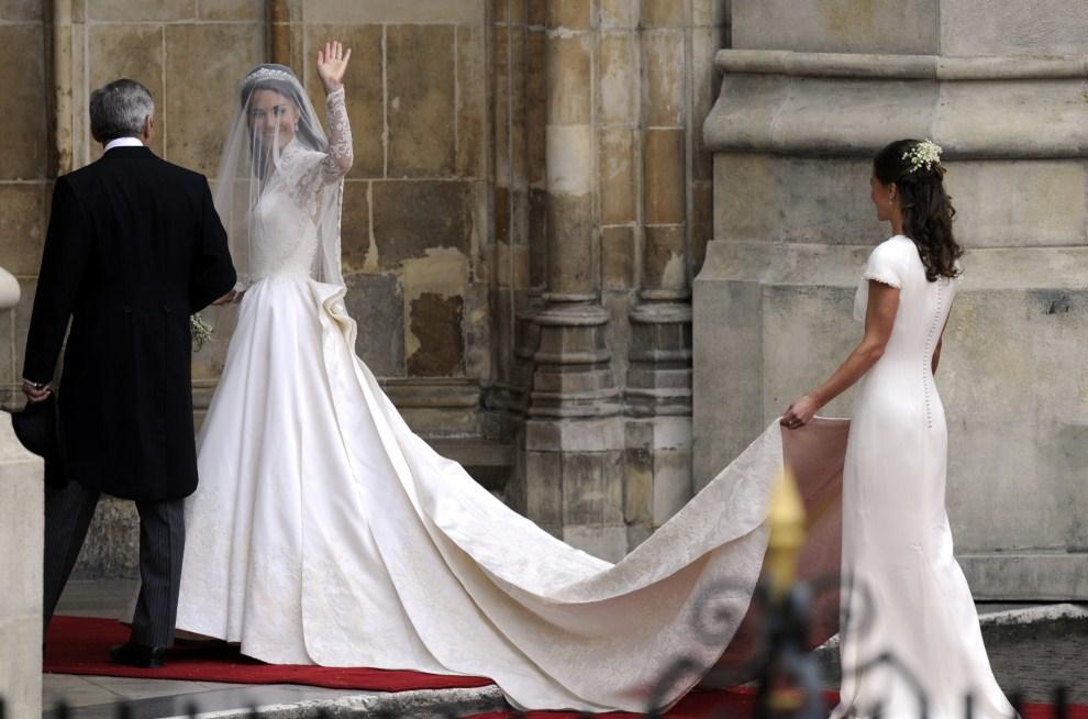 35. WIELKA BRYTANIA, Londyn, 29 kwietnia 2011: Kate Middleton pozdrawia widzów zebranych przed katedrą. AFP PHOTO / ODD ANDERSEN