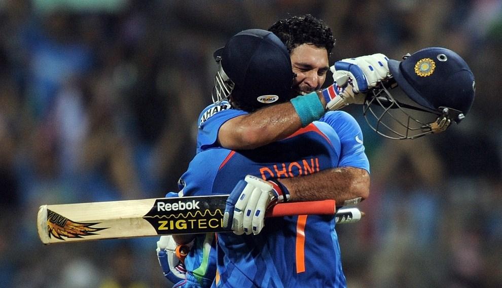 35. INDIE, Bombaj, 2 kwietnia 2011:  Yuvraj Singh (po prawej) i kapitan drużyny narodowej - Mahendra Singh Dhoni – cieszą się z pokonania reprezentacji Sri Lanki. AFP   PHOTO/MANAN VATSYAYANA