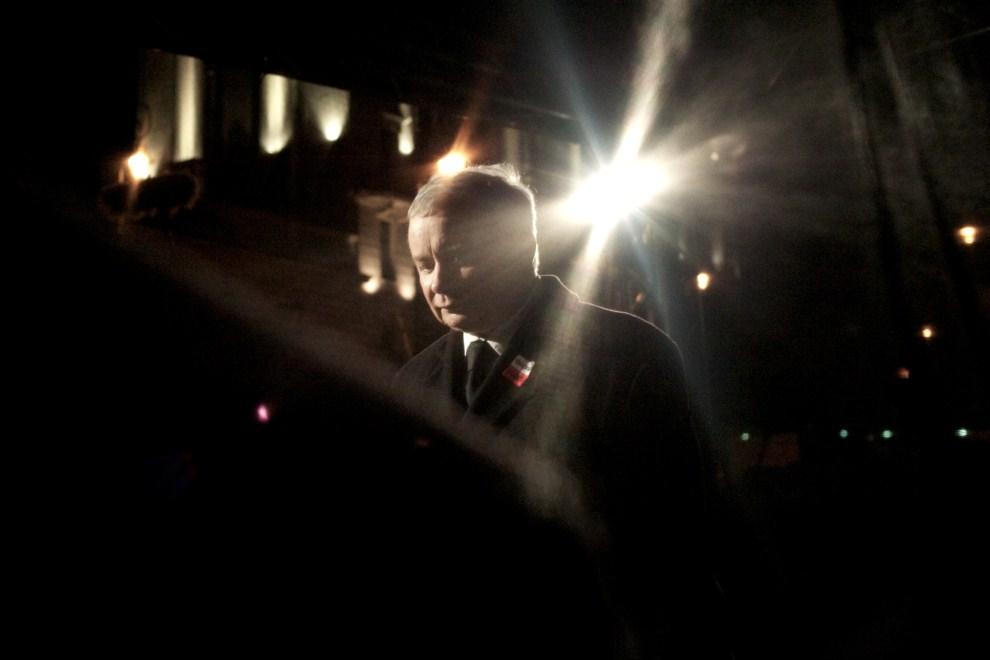 35. POLSKA, Warszawa, 10 kwietnia 2011:  Jarosław Kaczyński przemawiający przed Pałacem Prezydenckim. AFP PHOTO / Marcin Lobaczewski