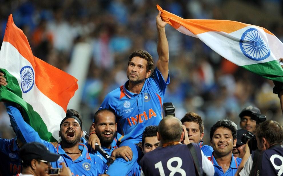 36. INDIE, Bombaj, 2 kwietnia 2011: Świętujący zawodnicy reprezentacji Indii. AFP PHOTO/William WEST
