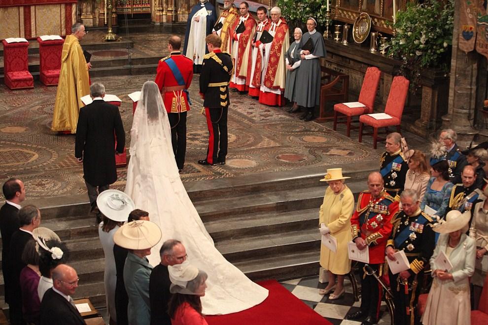 36. WIELKA BRYTANIA, Londyn, 29 kwietnia 2011: Kate Middleton podchodzi do czekające w katedrze księcia Williama. AFP PHOTO / WPA POOL / Anthony Devlin