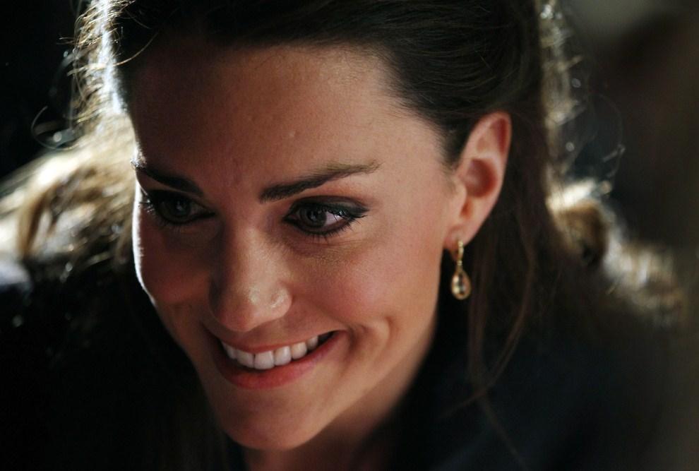37. WIELKA BRYTANIA, Darwen, 11 kwietnia 2011: Portret Kate Middleton, nażeczonej księcia Williama. AFP PHOTO/ADRIAN DENNIS/WPA POOL/AFP