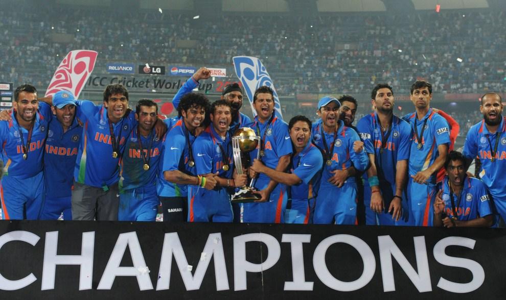 37. INDIE, Bombaj, 2 kwietnia 2011: Zawodnicy reprezentacji Indii pozują fotoreporterom ze zdobytym pucharem. AFP PHOTO/Indranil MUKHERJEE