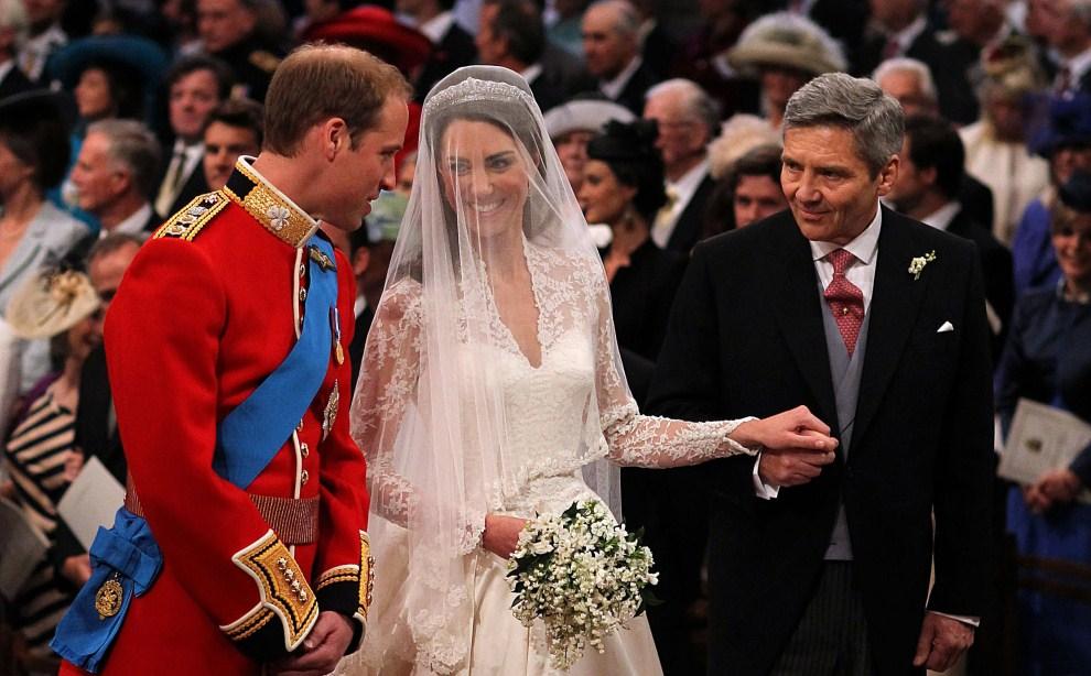 38. WIELKA BRYTANIA, Londyn, 29 kwietnia 2011: Młoda para w towarzystwie ojca Kate Middleton. AFP PHOTO / WPA POOL / Dominic Lipinski