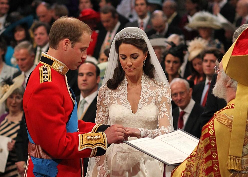 39. WIELKA BRYTANIA, Londyn, 29 kwietnia 2011: Książę William wkłada obrączkę na palec Kate Middleton. AFP PHOTO/ POOL/ DOMINIC LIPINSKI