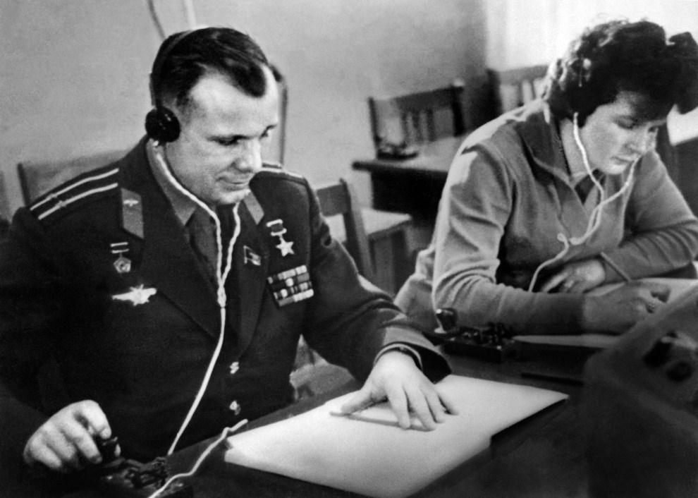 3. ZSRR, Bajkonur, czerwiec 1963: Jurij Gagarin i Walentina Tierieszkowa podczas treningu w centrum lotów kosmicznych. AFP