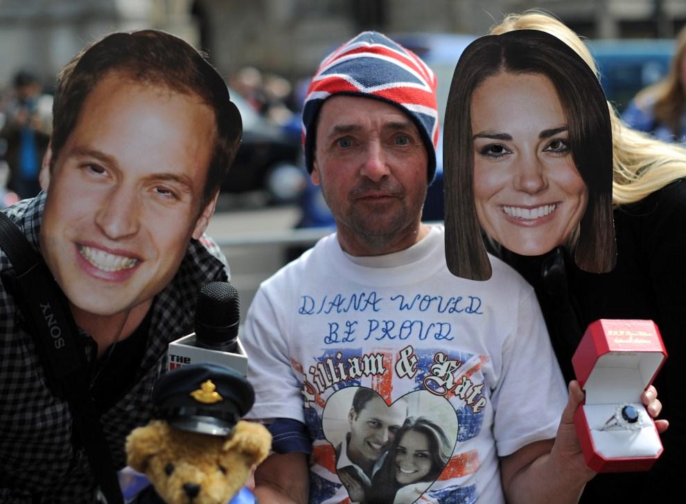 3. WIELKA BRYTANIA, Londyn, 28 kwietnia 2011: Widzowie przygotowani do śledzenia trasy przejazdu Kate i Williama. AFP PHOTO / DIMITAR DILKOFF