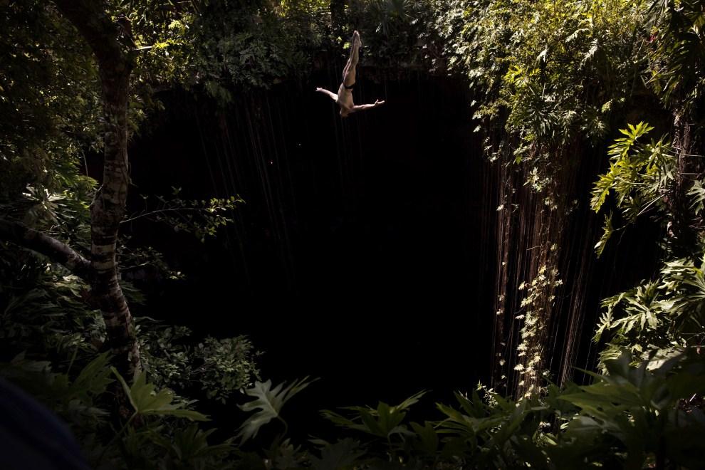 3. MEKSYK, Chichén Itzá, 10 kwietnia 2011: Meksykański zawodnik skacze do wody w jaskini Cenote Ik Kil. AFP PHOTO / HO / RED BULL / Balazs GARDI
