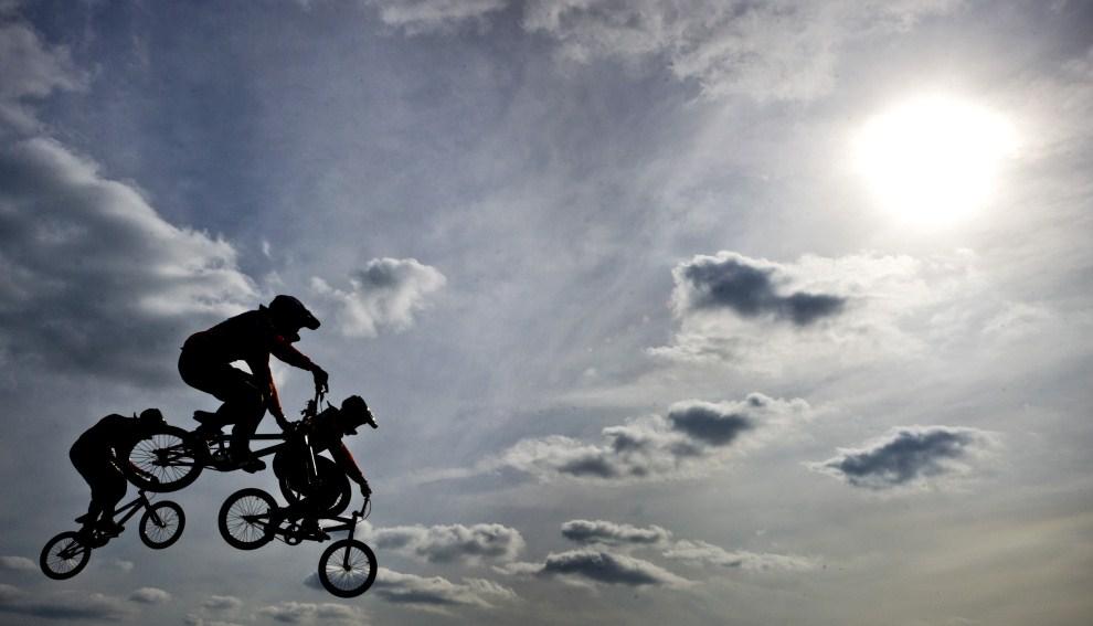 3. HOLANDIA, Arnhem, 25 marca 2011: Wyścig na BMX'ach podczas otwarcia toru w centrum sportowym  Papendal. AFP PHOTO/ANP KOEN VAN WEEL