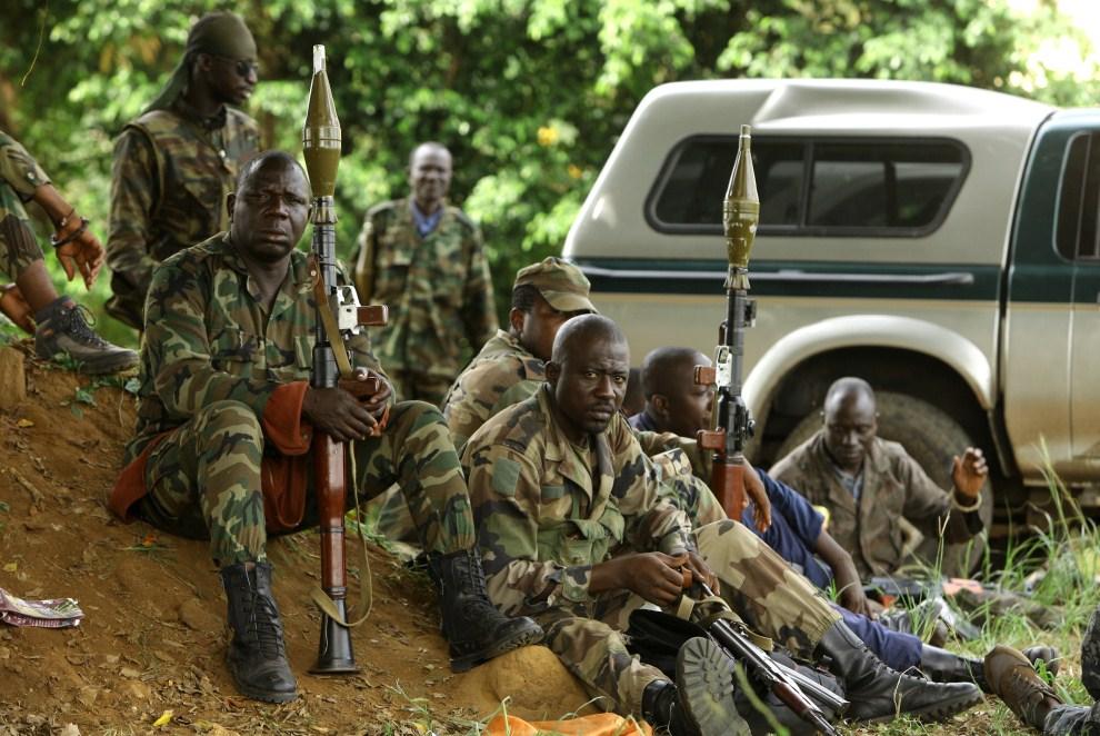 3. WYBRZEŻE KOŚCI SŁONIOWEJ,  Abidżan, 6 kwietnia 2011: Mężczyźni walczący w oddziałach lojlnych wobec prezydenta Alassane Ouattara. AFP PHOTO/ STR