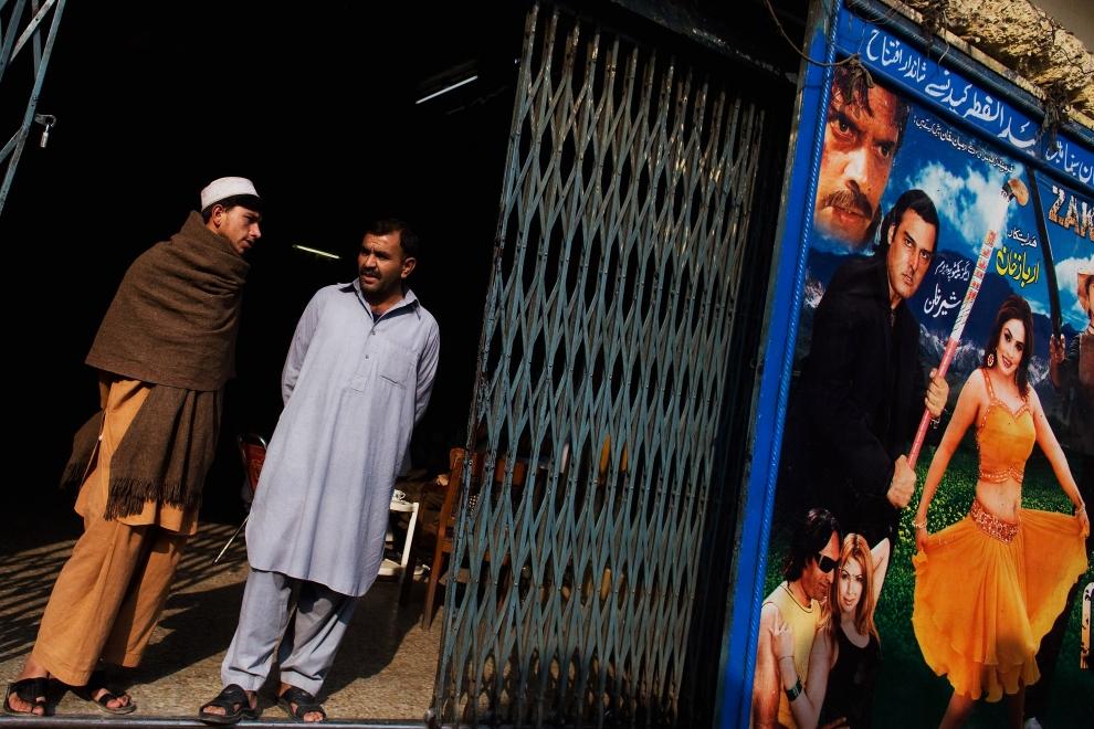 """3. PAKISTAN, Peszawar, 17 listopada 2009: Plakat promujący film """"Zakham"""" obok wejścia do kina. (Foto: Daniel Berehulak/Getty Images)"""