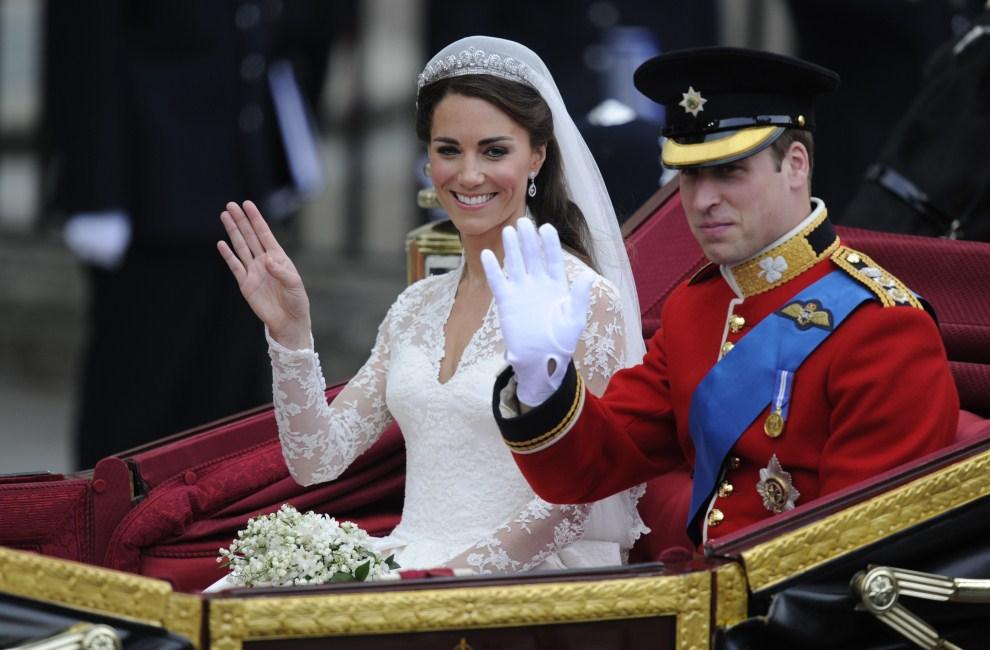 43. WIELKA BRYTANIA, Londyn, 29 kwietnia 2011: Książę William z żoną – Jej Królewską Wysokością Katarzyną Elżbietą Mountbatten-Windsor, Księżną Cambridge. AFP PHOTO / ODD   ANDERSEN