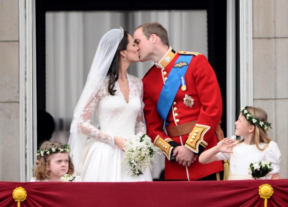 WIELKA BRYTANIA, Londyn, 29 kwietnia 2011: Pocałunek księcia Williama i Katarzyny Elżbiety Mountbatten-Windsor, Księżnej Cambridge, na balkonie Pałacu Buckingham. AFP PHOTO / LEON NEAL
