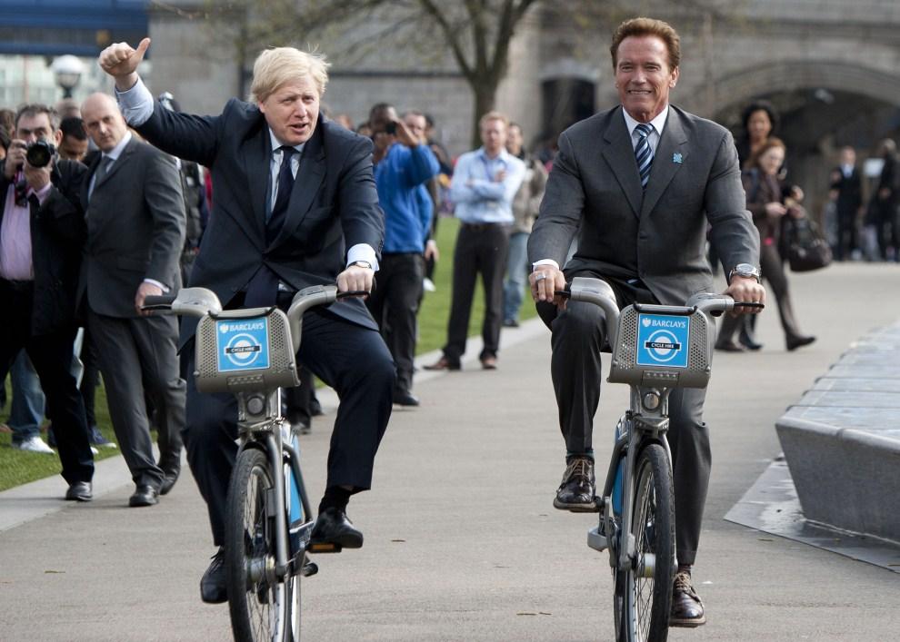 4. WIELKA BRYTANIA, Londyn, 31 marca 2011: Burmistrz Londynu, Boris Johnson, (po lewej) i  Arnold Schwarzenegger (po prawej), podczas przejażdżki na miejskich rowerach. AFP PHOTO/Ki Price