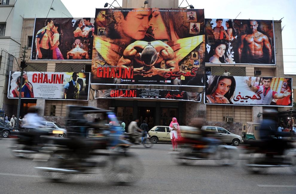 4. PAKISTAN, Karaczi, 14 stycznia 2009: Ulica w centrum miasta przed wejściem do kina. AFP PHOTO/ Asif HASSAN
